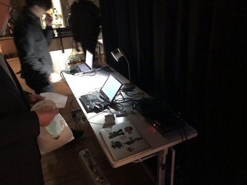 舞台袖に発表用のPCが並んでいます。スイッチャーでこれらを切り替えて表示させることができるんですね。