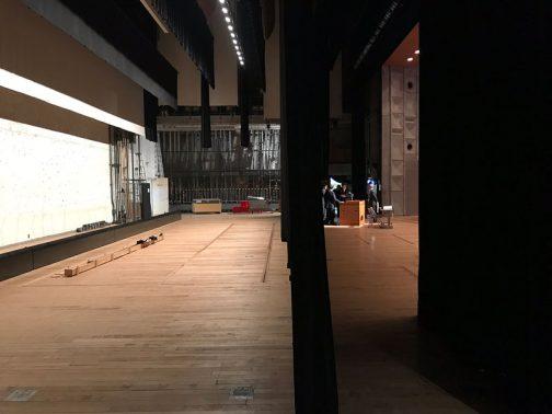 舞台はこうなっていました。思ったより狭い・・・