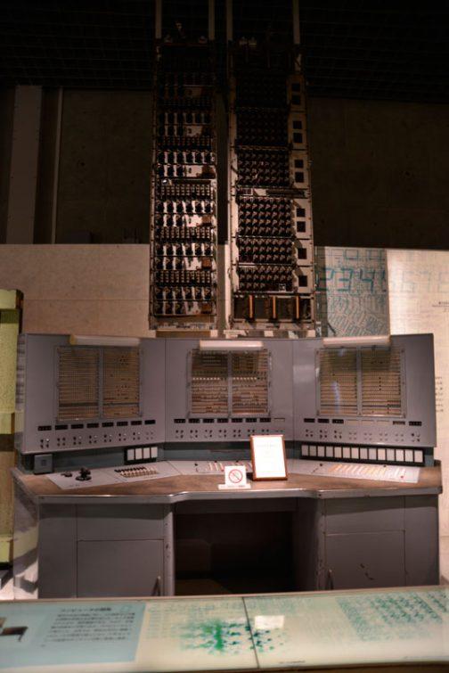 僕はこれがマルスの本体なのかと思っていたのですが違いました。 これは電気試験所というところで開発されたリレー式大型自動計算機でした。ずらりと並んだリレーがタワー状になっています。悪の秘密結社が使っていそうなシロモノ。