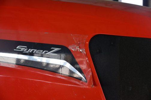 子供に剝がされてしまったのか、劣化してこのようになったのかわかりませんが、エンジンフードサイドのステッカーが剥がれてきています。