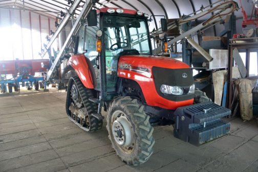 クボタSMZ955は農研機構の安全鑑定の登録は2010年。ちょうど十年前のトラクターということになります。 年度 2010 安全鑑定番号 35092 型式名 クボタ SMZ955 販売名 三菱農機仕様に対して 三菱 GV955 主な仕様 4輪駆動  機関69.9kW{95PS}/2600rpm 3.769L        希望小売価格 8638 (千円) 鑑装着キャブ・フレーム (合格番号) クボタ IC95MZ(210021) と書いてありました。
