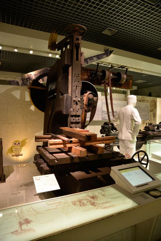 金属製の巨大な工作機械。フライス盤のようなボール盤のような・・・古く見えますがまさか江戸時代のものとは・・・幕末に輸入された工作機械、堅削盤(たてけずりばん)です。