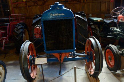 tractordata.comによると、フォードソンという名前が使われた理由は、フォードモーターの株主がトラクターに興味がなかったのでヘンリーフォードがトラクター製造のために「Henry Ford & Son」という会社を設立せねばならなかったことに由来しているそうです。フォードソンF形は1917(大正6)年 - 1928(昭和3)年まで10年以上の永きにわたって生産されたようで、このフォードソンのキャプションでは昭和2年と書かれていることにも合致しています。