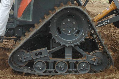 CAMSOのクローラとだいぶ大きさが違います。転輪もひとつ少ない・・・こちらは見慣れた感じでおわかりですよね?