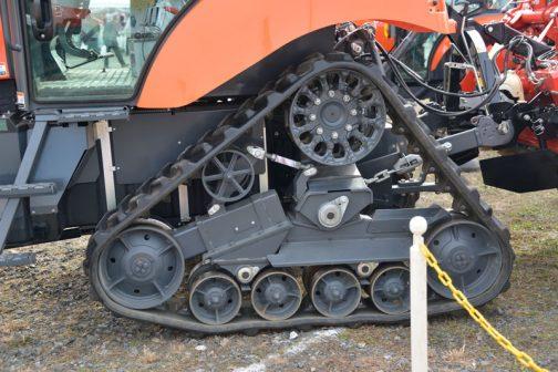 これまた変わったタイプ。相ドラーローラーとかいうのでしょうか・・・ひとつ見たことのない車輪がついています。動輪も比較的小さめ。