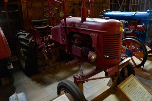 暗い倉庫の中に置かれたMassey-Harris 16 Pacer。tractordata.comによれば1953年から1955年まで生産され、16馬力の1.5リッター4気筒ガソリンエンジンが搭載された、お腹の下に作業機を抱えるタイプのトラクターです。(写真ぶれちゃってすみません)