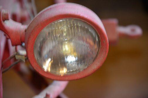 今回見つけてしまったのはこれ。このヘッドランプに謎の銘をまた見つけてしまったんです。
