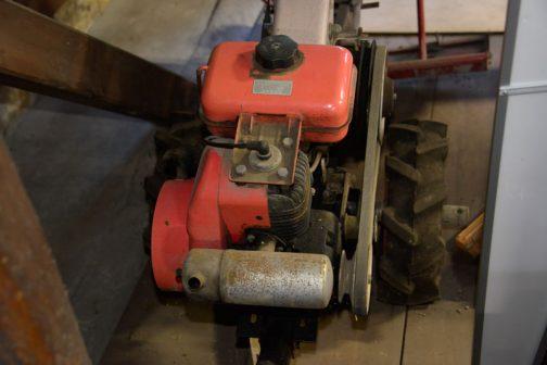 円筒形マフラー。エンジンは2ストローク。