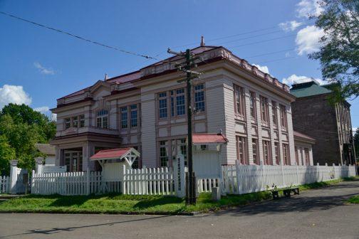 上の写真の赤丸の部分にあるのが、北海道庁浦河支庁舎です。手間のかかった装飾がちりばめられたステキな木造庁舎です。
