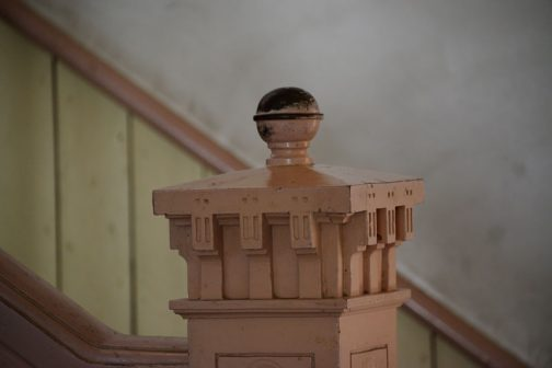 階段の手すりの支柱です。細かくてビックリ!板を細工した後、貼り合わせ、それを削り出している感じです。
