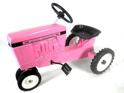 すごいの見つけちゃいました。ピンクのペダルトラクター。子供にはホンモノを見抜く目があると思うのですが、これはどう見てもまがい物です。だって、こんな色のトラクターないですもん。しかも「MISS FARMER」って・・・こんな色のミスファーマートラクターに乗りたいと思う大人がいるのでしょうか???