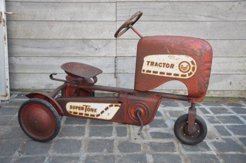 ネットを彷徨っているといろいろ出てきます。これなんかいいですね!古いものらしいですが、鉄でできているのでまるで実機のような佇まい・・・これはペダルカーではありますが、基本は三輪車ですね。