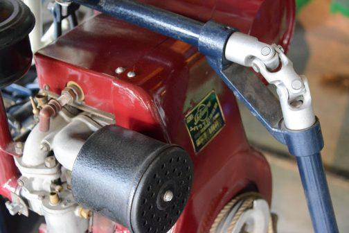 エンジンはシバウラ製。かろうじて「シバウラ石油機関」という文字が見えます。全体の古くさい形からオリジナルのエンジンではないかと推測されます。
