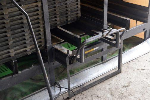 箱の出し入れはベアリングのついたレールの上を転がるので力がいらず、奥のほうの苗箱も長いハンドルで軽く引き出せるようになっています。