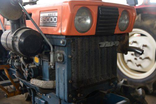小さくても水冷。空冷だったり、エンジン単体についているコンデンサから進化した横置きラジエターではなく、大きなトラクターと同じ前面配置のラジエターを備えています。