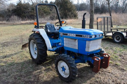 tractordata.comで調べてみると、FORD1720は1987年〜2000年で、同じくシバウラ製。1.5L3気筒ディーゼル27馬力とほぼ北海フォード1720と同じ性能のトラクターでした。