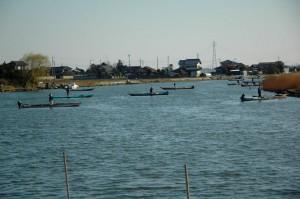 涸沼川でのシジミ漁のようす