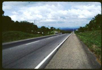 ホンデュラスのサンペドロスーラから首都テグシガルパへ向かう道 標識がないのでわかりませんが、たぶんこれもパンアメリカンハイウェイ 写真がかびちゃって汚くなってます