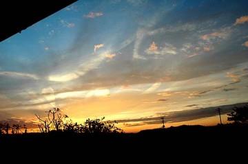 妙な空の写真です 地震雲?飛行機雲?