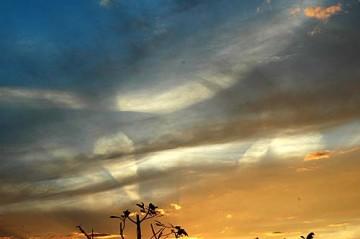 西の空に写る光なのか、飛行機雲か、それとも地震雲?2006年10月3日、夕方の空の写真です