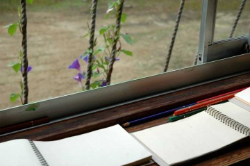 窓べりにスケッチブックと色鉛筆が並んで至れり尽くせり。