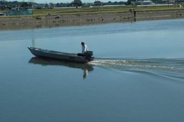 石川川から船が涸沼川経由で涸沼のほうへ下っていきます。