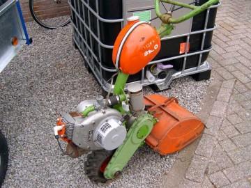 小さい機械を主に作っているみたいで、これなんか管理機でしょうか?タンクがなかなかチャーミングです。