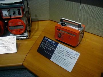 ソニーのマイクロテレビ用として開発した、ホンダ初の発電機E40を高出力化。超小型軽量で 8kgのハンディ型。満タン500ccで80W4時間持続。とあります。
