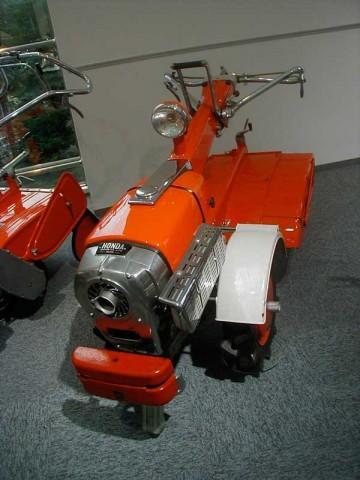 展示プレートには、強制空冷4サイクル倒立2気筒OHV/排気量154cc変速機/前進6段/後進2段/常用出力/5PS/5,000rpm ホンダ初の汎用完成品。耕耘機で世界初のOHV倒立2気筒エンジンは低速重視。自動遠心クラッチとギヤ駆動採用。低重心、手元集中操作で扱いやすさを追求した。とあります。