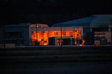 朝日の昇るほんのちょっと前、一瞬、時間にして1分あるかないかですが、遠くの農協の窓ガラスが何が起ったのか理解できないぐらい、燃えるように光ります。窓ガラスの反射だ!と思ってカメラを持って出ると、もう置火になってしまっていました。