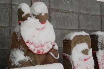 そのお地蔵さんにも雪が積もっています。