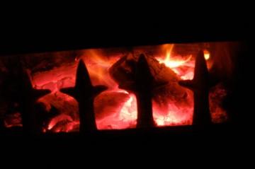 暗い家の中ではストーブが燃えています(ぶれちゃってますけど)。冷えきった家の中が暖まるまで、まだしばらくかかりそうです。