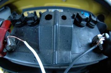 バッテリーのねじをちょっと緩めて、芯線を差し込んで、またねじを締めるだけなのでカンタン!