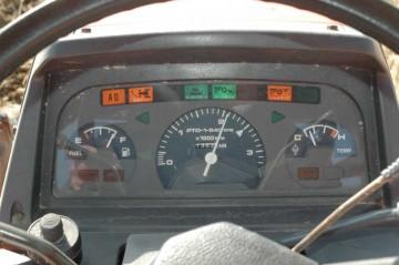 タコメーターと燃料計はわかりますが、たくさん付いてるランプはなんでしょう?トラクターはたくさんのレバー、スイッチの集合体です。
