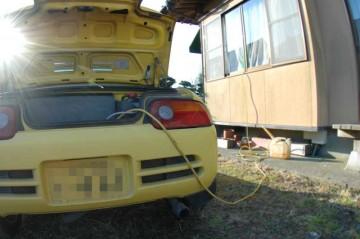エンジンはかけっぱなしにしておく必要はありません。時々エンジンをかけて充電してやればいいんです。