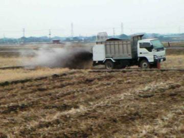 耕したての田んぼにトラックで入って撒いているパターンもありました。