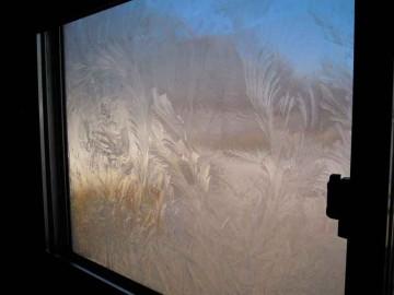 こちらは室内から撮った写真のようです。氷の模様がよくわかります。