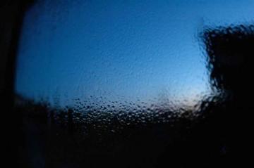 まさに今、3/10日午前5時半の写真。窓の下のほうが若干結露しています。寒い地域ではこれが凍ってしまうんですね。しかも全面氷結することもあると・・・