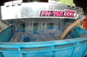 下に落ちた水を汲んではかけ汲んではかけ、循環させます。