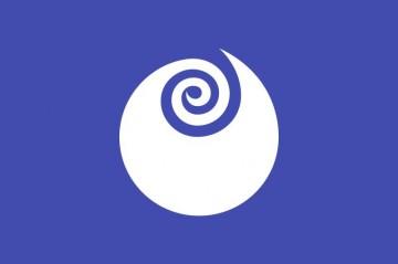 茨城県のマークをあしらった旗。バラの花を図案化したものだそうです。これはノイバラではありませんね。