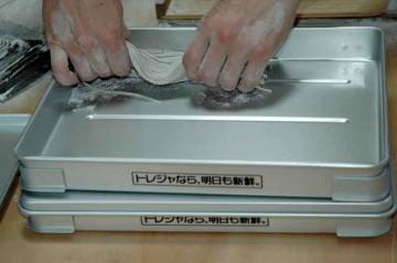 切りそろえた蕎麦は、カタマリごとにバットへ並べていきます。