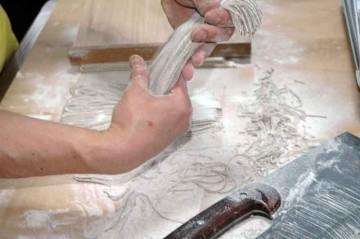 切ったそばはしっぽを切って長さを揃え、優しく振って打ち粉を落とします。