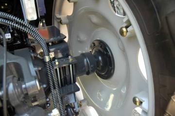 ものすごくおっきいタイヤなのに、それに比べてビックリするくらい細い車軸部分。