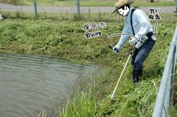 揚水機場の調整池周辺を除草するEさん。よく見ると、帽子、飲み物など熱中症対策はばっちりのようです。虫除けも備えた充実装備。草刈りのお手本ですね。