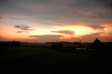 お日さまが沈むと、色は山の向こうに吸い込まれて、暗闇が低いところを伝ってやってきます。田んぼは真っ暗です。