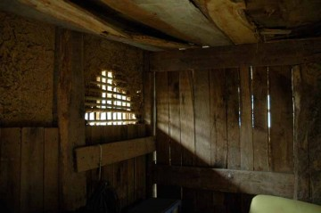 裏側にまわると窓?という印象は若干確信に変わり気味。この不定形の明かり取りは、木の壁になかなか味わいのある影を落とします。