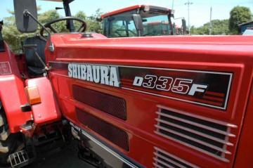 面で構成された形の シバウラ D335F トラクター。新鮮な形です。