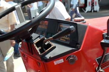 シバウラ D335F 運転席まで四角さんです!徹底してます。