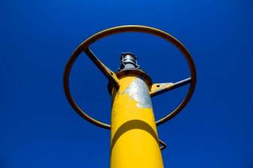 そこにはそんな灯台?がありました。青い空と黄色いやれたペンキがいい感じです。