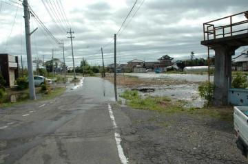 石川川 9月22日 8時50分 水門の両脇で水が溢れています